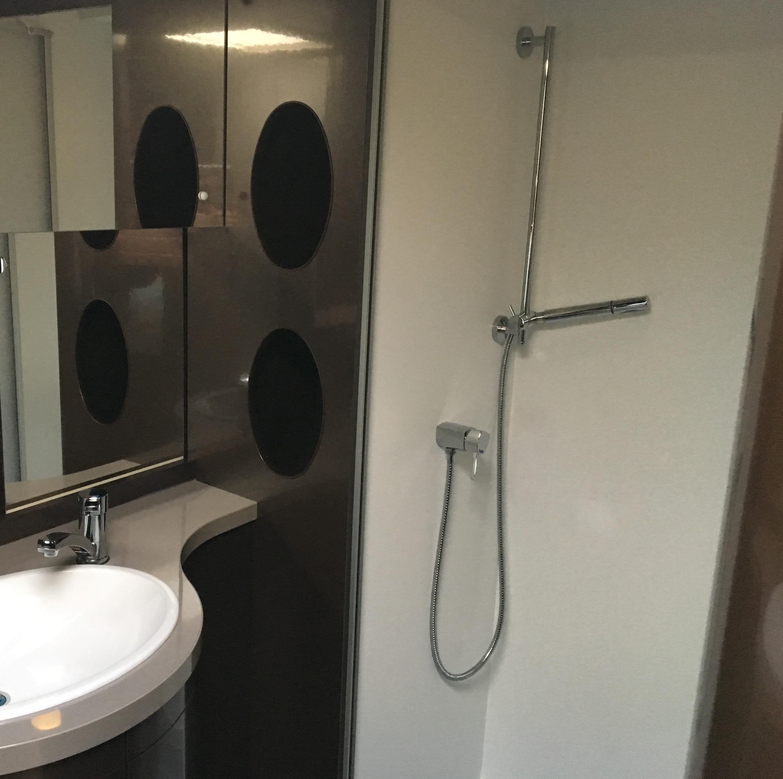 Hobby-660-wfu-premium-shower.JPG